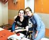 La rencontre de la patiente Tiffany Kleinschmidt, à gauche, et l'infirmière de Granby, Laken Tiller, jeudi au Children's Hospital du Michigan.