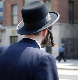 Plusieurs juifs doivent étudier en cachette parce qu'ils sont privés d'éducation séculière.