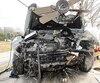 De nombreux débris entouraient la voiture d'Anthony Bélanger après qu'il eut percuté la résidence. Un ventilateur était même encastré dans le capot de la Kia.