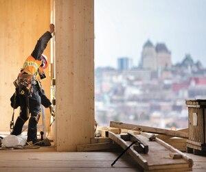 Un travailleur affecté à la construction de la tour de condos Origine à Québec.