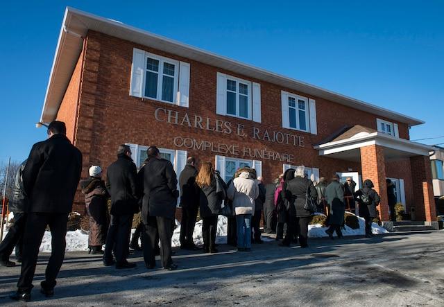 La famille Dion reçoit les condoléances suite au décès de Daniel Dion, le frère de Céline Dion, au Salon Charles Rajotte, à Repentigny, samedi 23 janvier 2016. Sur cette photo: Les gens se rassemblent pour assister au salon. JOEL LEMAY/AGENCE QMI
