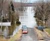 Il était impossible mercredi de rouler jusqu'au bout de la rue Denise, à Rigaud, en Montérégie, puisque la rivière des Outaouais est sortie de son lit.