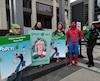 Samuel Moisan-Domm, candidat du Parti vert déguisé en Spider-Man, Sandra Mara Riedo, candidate verte dans Louis-Saint-Laurent, et Patrick Kerr, candidat vert dans Lévis-Lotbinière, déguisé en Tortue Ninja.