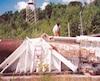 Normand Lester inspectant en 1991 un canon géant abandonné au Centre recherche de Bull, à Highwater, en Estrie.