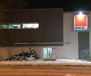 La maison-mère américaine de Sico, PPG de Pittsburgh, aurait décidé de transférer la production de l'usine de Québec (Beauport) en raison de coûts de production plus bas.