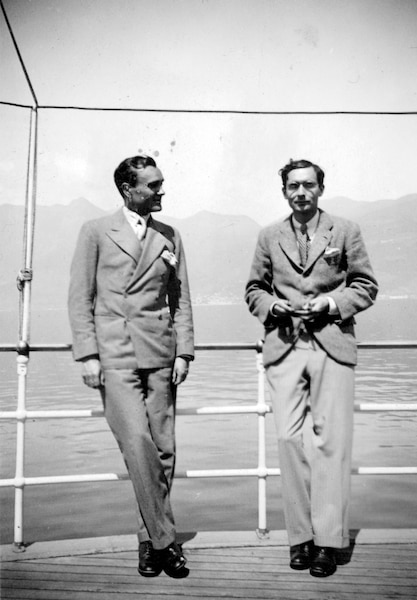 Philip Johnson  et Alfred Barr  au Lac Maggiore  en avril 1933 Deux visionnaires, grâce aux expositions pionnières qu'ils ont organisées au MoMA dans les années 30 et aussi pour leur appartement respectif de New York qu'ils utilisaient comme laboratoires pour tester meubles et objets modernes.