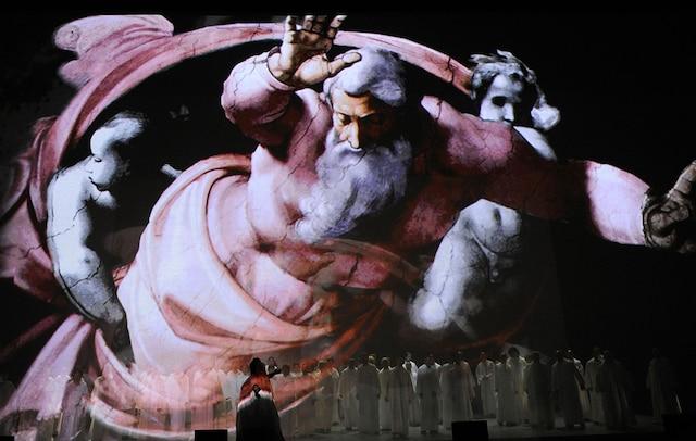 Les œuvres de Michel-Ange se déploient devant et derrière les chanteurs.