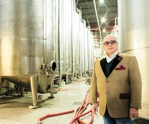 Le propriétaire de Groupe Geloso, Aldo Geloso, pose devant ses cuves de production à son usine de fabrication de Laval.