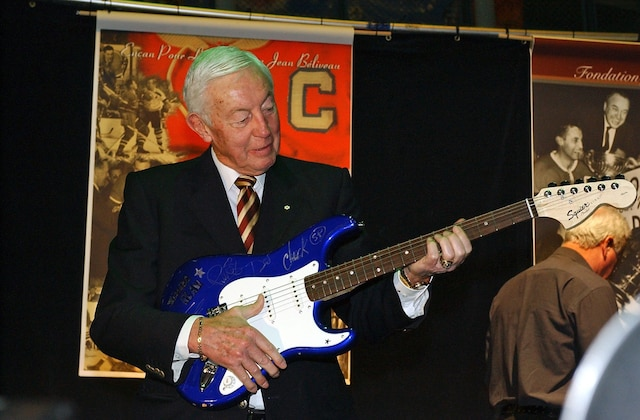 Simple Plan a offert une guitare autographiée pour un encan de la Fondation Jean-Béliveau en 2008.