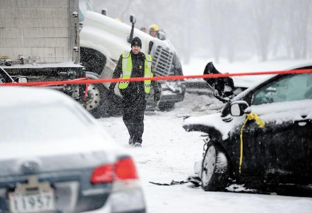 Un septuagénaire est décédé et une quinzaine de personnes ont été blessées lors d'un carambolage majeur survenu sur l'autoroute 20 à Mont- Saint-Hilaire.