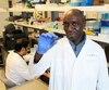 Le Dr Momar Ndao emprisonne le parasite responsable de la maladie de Chagas sur une lame pour l'étudier au microscope.