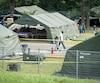 Entre 1000 et 1200 migrants sont toujours logés sous des tentes près de la frontière, à Saint-Bernard-de-Lacolle.