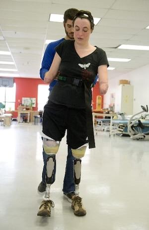 Marie-Sol St-Onge s'entraîne ces jours-ci à marcher avec ses nouvelles prothèses à l'lnstitut de réadaptation Gingras-Lindsay-de-Montréal en compagnie de son physiothérapeute Philippe Ponceaux.