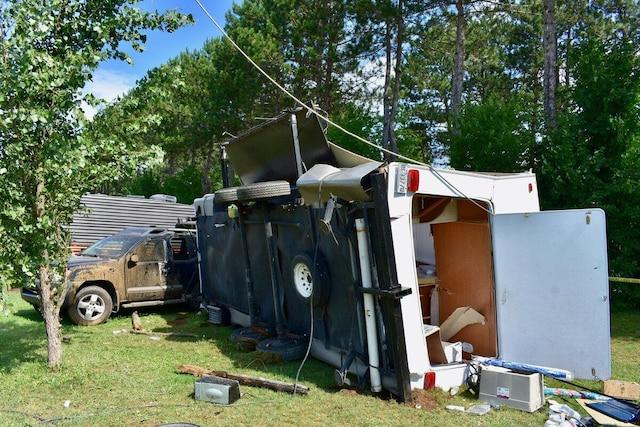 Photo de la roulotte de Lyne Salvas, qui s'est littéralement envolée à 20 pieds dans les airs, traversant la rue, avant de retomber sur une autre roulotte sur un autre terrain. L'impact a laissé des débris partout autour.