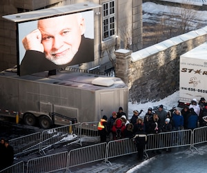 Les gens faisaient la file en prévision de la chapelle ardente de René Angélil.