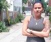 Cynthia Ménard se tient devant la cour du voisin chez qui sa fille de 11 ans, Naomie, a été mordue par un chien mardi, dans le secteur Ville-Émard, à Montréal.