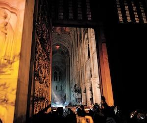 Une vue de l'entrée de Notre-Dame de Paris dans la nuit de lundi alors que le feu ravageait toujours la célèbre cathédrale. On aperçoit une partie de la structure épargnée.