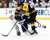 Zach Hyman a frappé solidement le défenseur des Bruins de Boston.