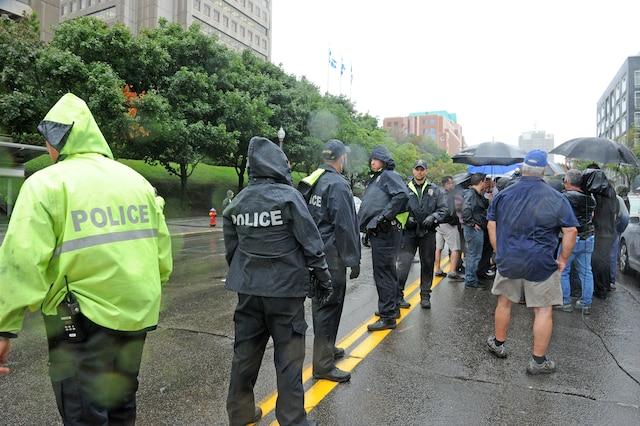 Manifestation des chauffeurs de taxi devant les bureaux du ministère des Transports à Québec.