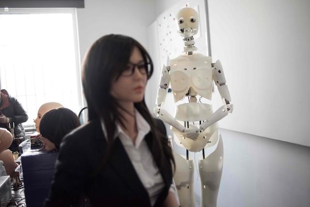 Dans l'atelier de la firme spécialisée Exdoll,les corps dénudés de demoiselles en silicone sont alignés comme des carcasses de bétail.