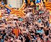 Des milliers de personnes ont célébré la déclaration de l'indépendance de la Catalogne proclamée par le Parlement régional à Barcelone, hier.