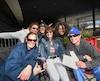 Des fans de Pearl Jam attendent au Centre Vidéotron depuis plusieurs heures dans l'espoir de voir le spectacle dans la première rangée, puisque les billets du parterre sont en admission générale.