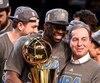 L'attaquant Draymond Green a célébré la conquête du championnat de la NBA par les Warriors avec le propriétaire de l'équipe, Joe Lacob.