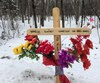 Une croix a été plantée à l'endroit où l'accident a eu lieu lundi. On y a inscrit le nom des trois femmes qui ont perdu la vie.