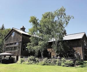 Dégustations et paniers de pique-niques attendent les visiteurs au vignoble Grange of Prince Edward Winery, Hillier, dans le Prince Edward County, en Ontario.