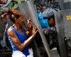 Une femme confronte la police anti-émeute lors de manifestations dénonçant le manque de nourriture, le 28 décembre à Caracas.