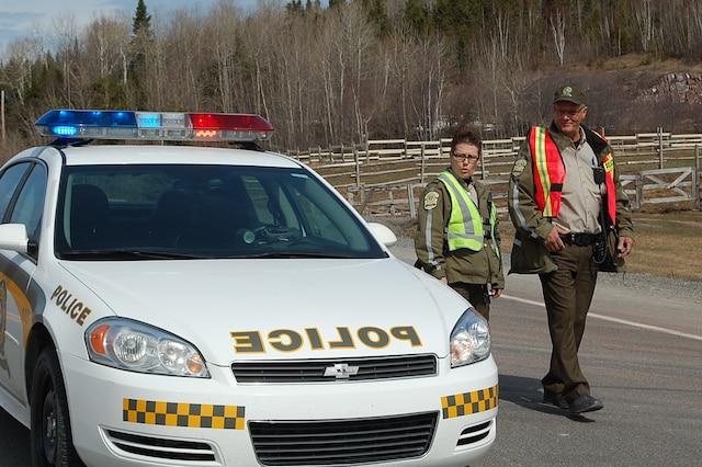 Les policiers surveillent la scène où un motocycliste est mort à la suite d'un impact avec une autopatrouille à Saint-Joseph-de-Lepage.