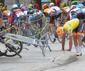 Le détenteur du maillot jaune, Alexander Cowan, se relevant après sa chute près de la fontaine de Tourny.