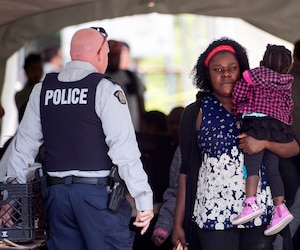 Au bout du rang Roxham, à Saint-Bernard-de-Lacolle, en Montérégie, les agents des douanes et de la Gendarmerie royale du Canada interceptent les migrants passant la frontière.