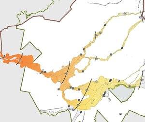 La couleur de la nappe ( du rouge au vert ) illustre sa dispersion au fil de l'eau. Certains des constituants du pétrole s'é́vaporent, se dissolvent ou se biodé́gradent. d'autres coulent au fond. La vitesse de dispersion et de dégradation varie en fonction du courant et de la densité de l'eau ( hiver ou été ).