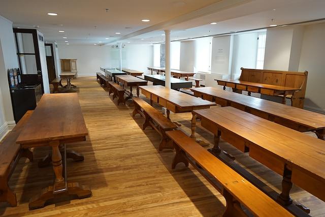La cafétéria des Augustine, transformée en salle de réunion et de conférences