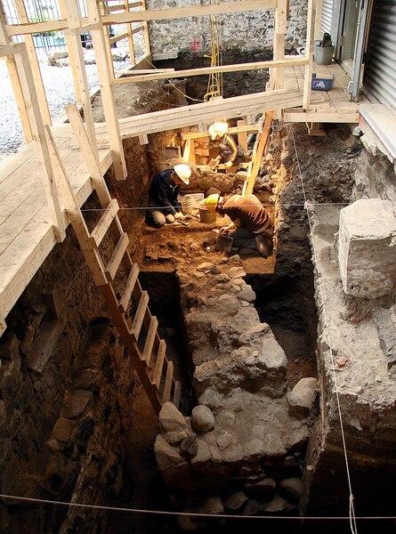 Le musée Pointe-à-Callière et l'Université de Montréal ont mené plusieurs fouilles archéologiques dans le Vieux-Port.