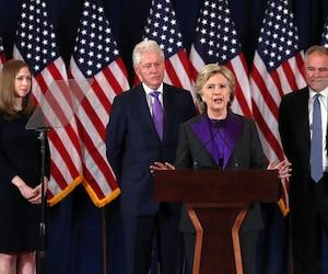 Hillary Clinton soutient que les doutes soulevés par le directeur du FBI après la découverte de nouveaux courriels privés étaient infondés.