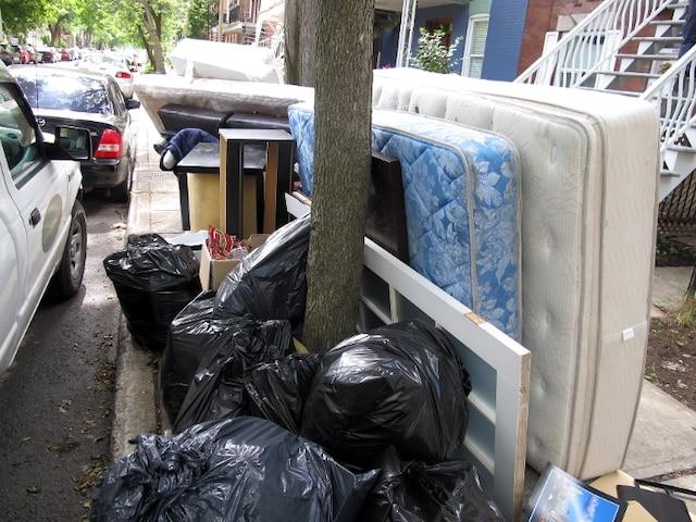 Angle Casgrain et Beaubien : un locataire a presque vidé son logement en entier sur le trottoir. Coin Alma et Beaubien : cage pour animaux, jouets, armoires. Il y aura 60 000 tonnes de débris à ramasser aux abords des rues de Montréal ce week-end.