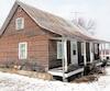 Cette maison à donner, datant de 1875, est située sur le terrain du Verger Pommalefun, sur la route principale de Saint-Joseph-du-Lac.
