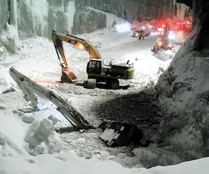 La pelle mécanique de Steeve Barriault avait été complètement submergée après que la glace qui la soutenait eut cédé, le 11 mars 2015.