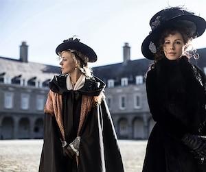 Chloë Sevigny et Kate Beckinsale se donnent la réplique dans cette adaptation d'une nouvelle de Jane Austen teintée d'un humour très «british» et d'un cynisme redoutable.