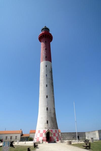Entre l'océan et le lac d'Hourtin, en France, la piste suit la Route des phares. On aperçoit celui de la Coubre, construit en 1895.