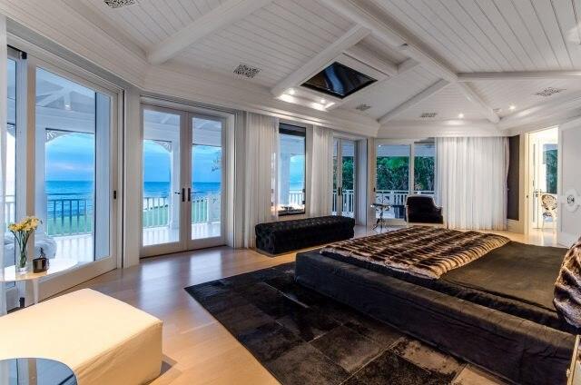 Selon l'agence Fenton Lang Bruner & Associates, la demeure comprend 13 chambres et 5 foyers.