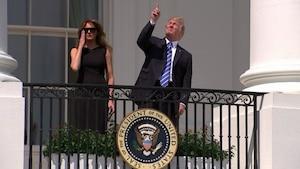 Donald Trump a regardé directement l'éclipse