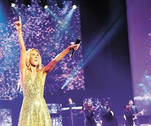 Céline Dion n'a certainement pas manqué d'énergie durant son concert de deux heures. Généreuse, elle a chanté une vingtaine de chansons, dont une nouveauté, <i>Flying On My Own</i>.