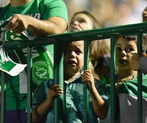 Des milliers de partisans de Chapecoense ont participé à une cérémonie au stade de Chapeco mercredi en hommage aux joueurs décédés lors de l'écrasement.