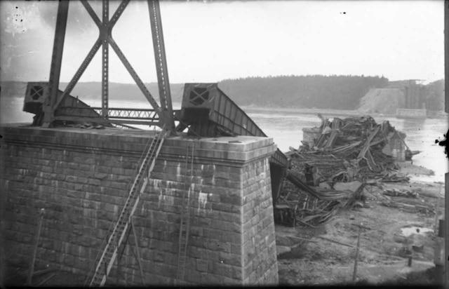 Vue des débris de la travée lors de la première catastrophe du pont de Québec, en septembre 1907.