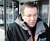 L'ex-maire Robitaille à sa sortie du poste de police de Montréal jeudi.