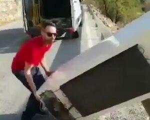 Il se filme en train de jeter son frigo