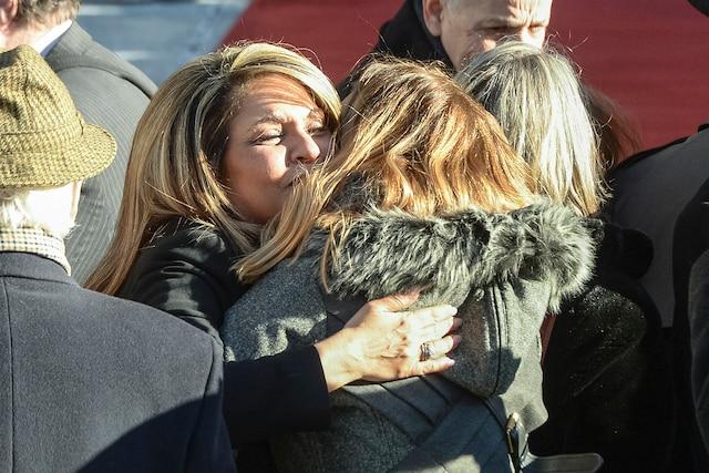 Acolade de Sonia Benezra et Sophie Prégent en attendant l'entrée des invités lors des funérailles de René Angelil, célébrées ce vendredi après-midi 22 janvier 2016, à la Basilique Notre-Dame, à Montréal.
